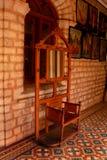 Un espejo del tocador del vintage con el soporte de la capa en el palacio de Bangalore Imagen de archivo libre de regalías