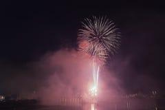 Un'esposizione competitiva dei fuochi d'artificio alla notte Immagine Stock