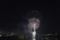 Un'esposizione competitiva dei fuochi d'artificio alla notte Fotografia Stock Libera da Diritti