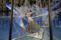 Un'esposizione della finestra che mostra un manichino Immagine Stock