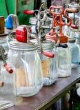 Un'esposizione di vecchie zangole di vetro antiche Immagine Stock Libera da Diritti