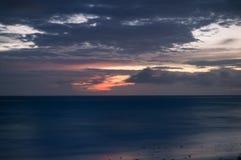 Un'esposizione lunga del mare all'ora blu, come alba si rompe fotografia stock