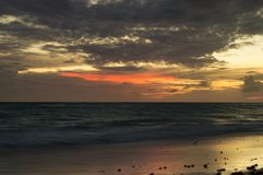Un'esposizione lunga del mare all'ora blu, come il sole aumenta fotografia stock libera da diritti