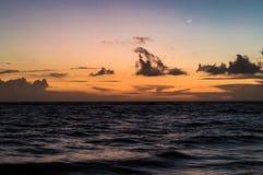 Un'esposizione lunga del mare all'ora dorata, come alba si rompe fotografie stock