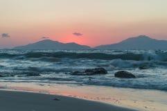 Un'esposizione lunga del mare durante il tramonto fotografia stock libera da diritti