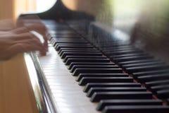 Un'esposizione lunga di due mani che giocano piano Fotografie Stock