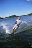 Un esquí acuático del hombre joven fotos de archivo libres de regalías