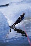 Un esquí acuático del hombre joven Foto de archivo libre de regalías