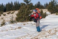 Un esquí del campo a través de la mujer en la montaña Imagenes de archivo