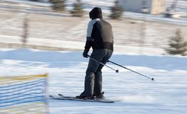 Un esquí del hombre en una estación de esquí Imagen de archivo