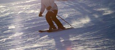 Un esquí del hombre en una estación de esquí Imagen de archivo libre de regalías