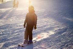 Un esquí del hombre en una estación de esquí Fotografía de archivo libre de regalías