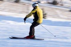 Un esquí del hombre en una estación de esquí Fotografía de archivo