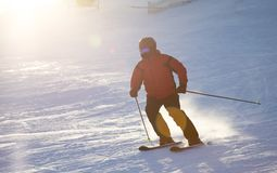 Un esquí del hombre en una estación de esquí Fotos de archivo libres de regalías