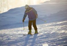 Un esquí del hombre en una estación de esquí Imagenes de archivo