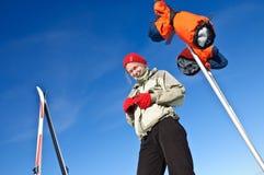 Un esquí en las montañas, lanzamiento al aire libre de la mujer. Foto de archivo libre de regalías