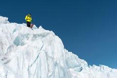 Un esquiador parasitario en equipo completo se coloca en un glaciar en el Cáucaso del norte Esquiador que se prepara antes de sal Foto de archivo