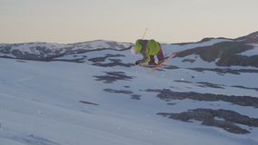 Un esquiador que realiza truco impresionante en la cámara lenta, esquiando en montañas de la nieve metrajes