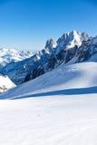 Un esquiador solo va abajo a lo largo de Valle Blanche, Chamonix Imagen de archivo libre de regalías