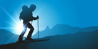 Un esquiador va para un alza de la montaña en la mucha altitud stock de ilustración