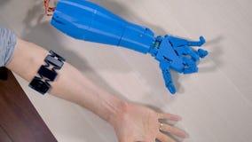 Un essere umano e mani bioniche che si trovano accanto ad a vicenda Vista superiore stock footage