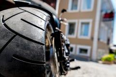 Un estacionamiento de la motocicleta en el camino en la ciudad vieja, fondo de concentración selecto Concepto del viaje de la mot Foto de archivo