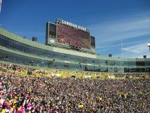 un estadio por completo de la gente durante un partido fotos de archivo libres de regalías