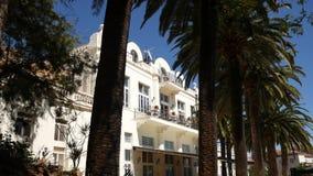 Un estado de varios pisos blanco enorme en palmeras Herceg Novi, lunes almacen de metraje de vídeo