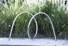 Un estante de bicicleta del metal en la forma de la letra 'M' Foto de archivo