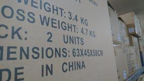 Un estante de las cajas de cartón almacenadas de la acción Fotos de archivo