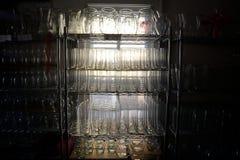 Un estante de los floreros de cristal Foto de archivo libre de regalías