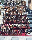 Un estante de una tienda con muchos cuernos tradicionales de los cuernos, del vino y del alcohol foto de archivo libre de regalías