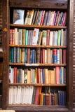 Un estante para libros de madera viejo con los libros viejos imagen de archivo libre de regalías