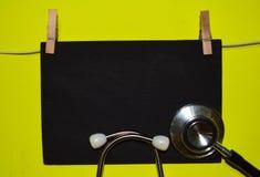 Un estetoscopio y una pizarra conceptos médicos, de la salud y de la educación fotografía de archivo