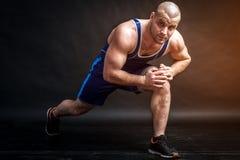 Un estiramiento atlético joven del hombre Imagen de archivo