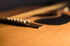 Un estratto del fondo della chitarra acustica fotografia stock