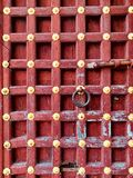 Un estratto della porta di legno solida storica antica immagini stock