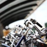 Un estratto urbano delle biciclette parcheggiate Fotografia Stock