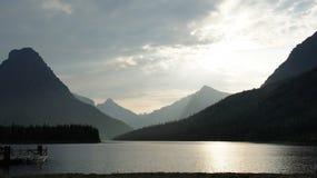 Un'estremità del lago Swiftcurrent, Glacier National Park, Montana Immagini Stock