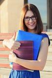 Un estudiante cerca de la universidad Imágenes de archivo libres de regalías