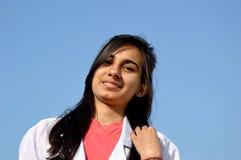 Un estudiante de medicina durante tiempo de entrenamiento Fotografía de archivo libre de regalías