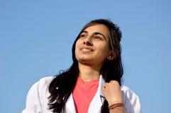 Un estudiante de medicina durante tiempo de entrenamiento Foto de archivo