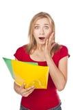 Un estudiante desanimado que mira los ficheros imagen de archivo libre de regalías