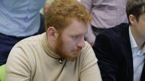 Un estudiante en un taller celebró en el auditorio de la universidad Él participa en un juego de negocio almacen de metraje de vídeo