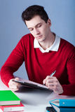 Un estudiante que hace notas fotos de archivo