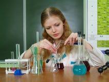 Un estudiante que trabaja en la clase de química Fotografía de archivo libre de regalías