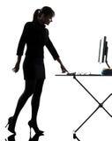 Mujer de negocios que enciende la silueta computacional del ordenador Fotografía de archivo libre de regalías