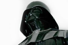 Un estudio tiró de una figura de acción de Darth Vader de la serie Star Wars de la película Foto de archivo