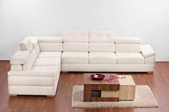 Un estudio tiró de una sala de estar con muebles Imagenes de archivo