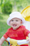 Un'età adorabile del bambino di 9 mesi sul carrozzino Fotografia Stock Libera da Diritti